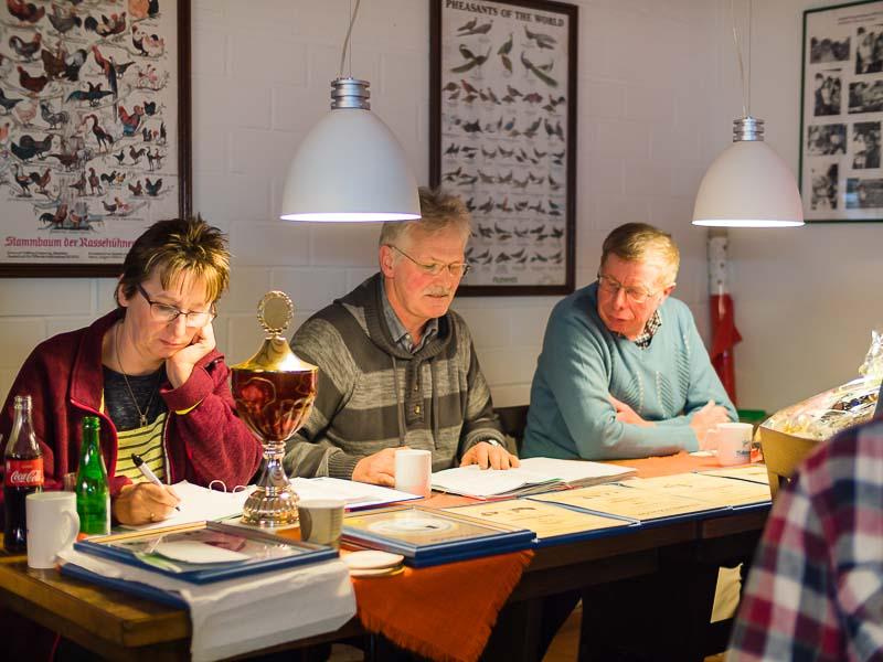 Der Vorstand der Pokalgemeinschaft Weser-Eyter von 1968 bei der Arbeit